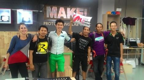 foto keluarga bersama prototyping lab singapore.jpg
