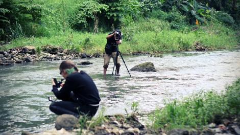 Wawies dan Juli melakukan pendokumentasian sungai Code